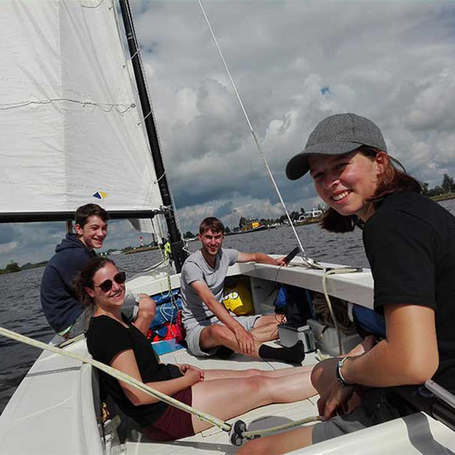 Zeil in de zomer mee over de Friese meren met deze zeilvakantie van Nivon Watersport