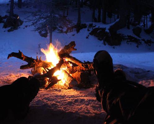 Kom in december naar het Nivon Winterkampeer event aan de rand van de Veluwe en warm op bij het kampvuur (Kezadri Abdelhak)
